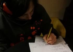 Catalina schreibt Noten um für Linkshänder:innen